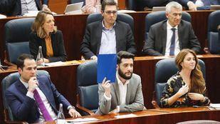 El portavoz de Cs en la comisión anticorrupción, César Zafra, estrenó la tarjeta azul del nuevo Reglamento de la Asamblea para solicitar un turno extra de réplica en el debate.