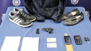 Los atracadores utilizaban armas de fuego, y uno de ellos, una tarjeta de identidad de extranjero falsa con la fotografía de otra persona.