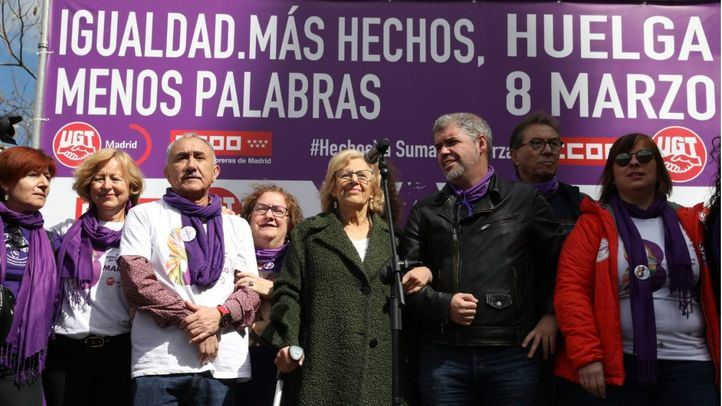 La alcaldesa de Madrid, Manuela Carmena, junto a los secretarios generales de UGT y CCOO.