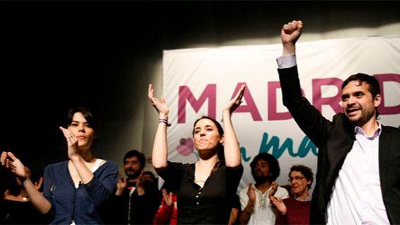 La precandidata de Podemos a la Comunidad, Isa Serra (i), acompañada por Irene Montero y Jesús Santos, en el acto de presentación del programa en Alcorcón.