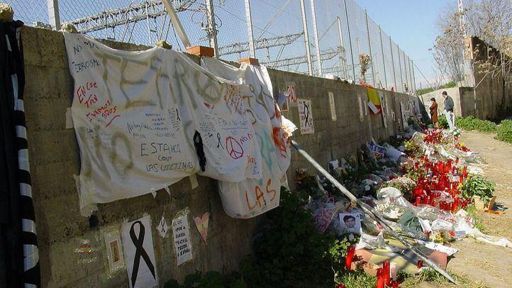 Junto a las vías de la calle Tellez (cerca de Atocha) donde estalló uno de los trenes del 11M un homenaje a las víctimas con flores en los días posteriores a la tragedia