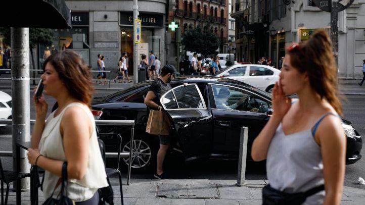 Un usuario de VTC se monta en uno de estos vehículos tras esperar cinco minutos en la Gran Vía. Foto de archivo.