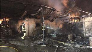 Seis dotaciones de bomberos han extinguido el fuego.