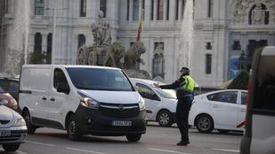 Un agente de Movilidad parando a una furgoneta de reparto.