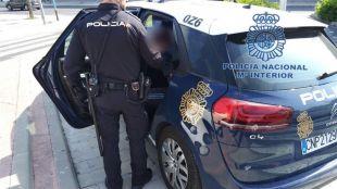 Amenaza con dos cuchillos a un policía en Lavapiés