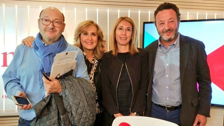 El concejal del Partido Popular en el Ayuntamiento de Madrid, Íñigo Henríquez y la concejala de Ciudadanos, Silvia Saavedra, en la tertulia Com.Permiso con Constantino Mediavilla y Nieves Herrero