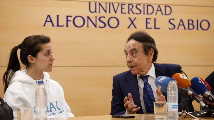 La campeona de Bádminton Carolina Marín y el presidente de la UAX, Jesús Núñez, en la rueda de prensa ofrecida en el Rectorado de la Universidad.