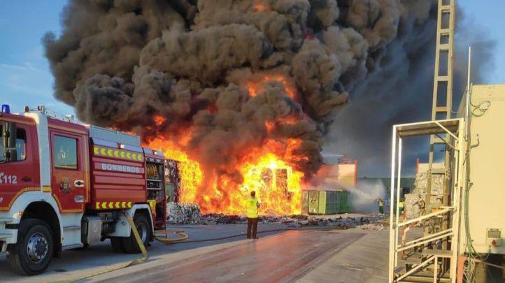 El incendio de una fábrica en Alcorcón, visible en todo Madrid