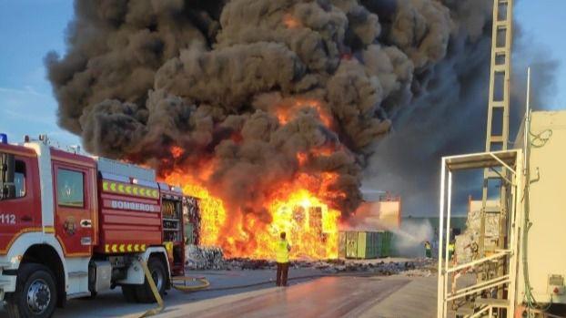 Controlado el incendio en una nave de reciclaje en Alcorcón