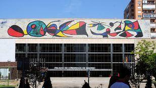 Palacio de Congresos del Paseo de la Castellana, con el característico mural de Miró.