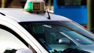 El taxista fue atendido por los sanitarios tras sufrir golpes y contusiones menores.
