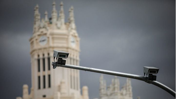 Cámaras para vigilar el tránsito de coches en Madrid Central en la calle Alcalá.