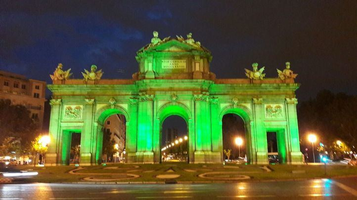 La Puerta de Alcalá, de verde, en una foto de archivo.
