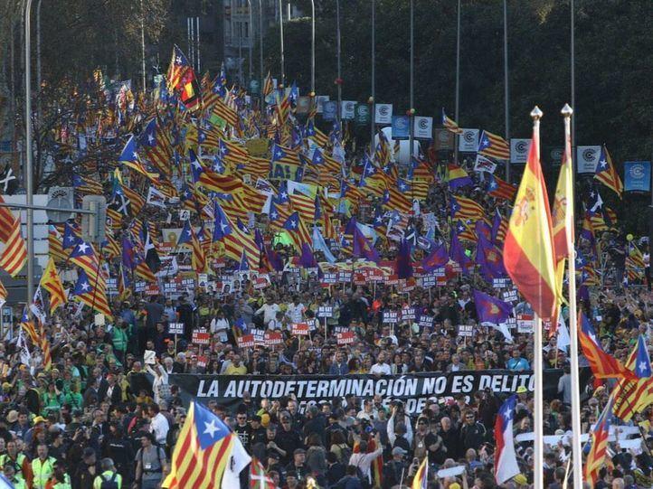 Miles de manifestantes claman contra el juicio del procés
