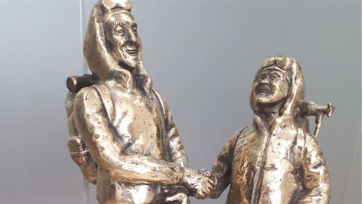 Escultura de bronce de la Cámara de Comercio de Katmandú regalada a Manuela Carmena.