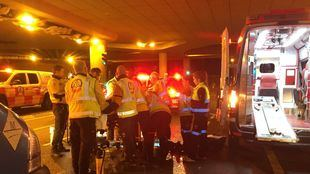 Los servicios de emergencias atienden al ciclista herido