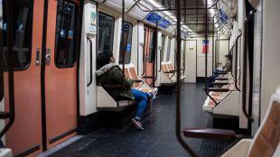 Difundidas varias imágenes de un viajero afilando un cuchillo en Metro