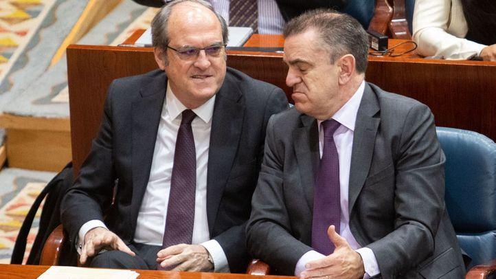 El candidato del PSOE a la Presidencia de la Comunidad, Ángel Gabilondo, junto al secretario general del PSOE de Madrid, José Manuel Franco, en la Asamblea, en una imagen de archivo.