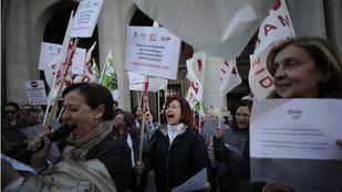Concentración de los sindicatos que representan a la enseñanza concertada a las puertas de la Consejería de Educación para reclamar que asuman el sobrecoste de la jubilación parcial de los docentes.
