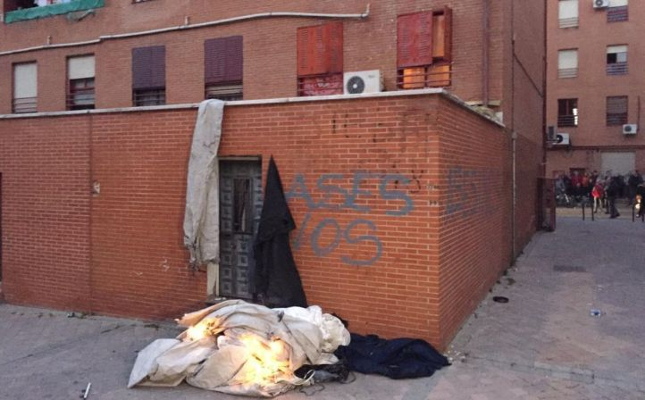 Los vecinos han quemado varios objetos frente a la casa del presunto autor del apuñalamiento a un hombre en Vallecas.