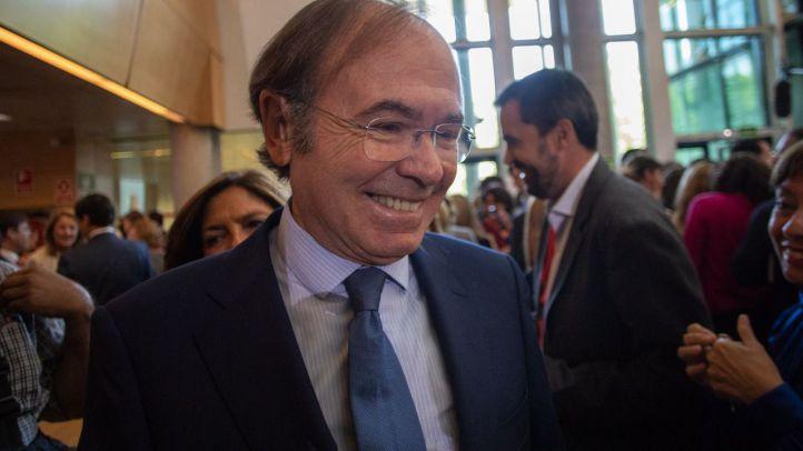 Pío García-Escudero, presidente del Senado de la gestora del PP de Madrid, se dirige a saludar a Ángel Garrido tras pronunciar su discurso de investidura.