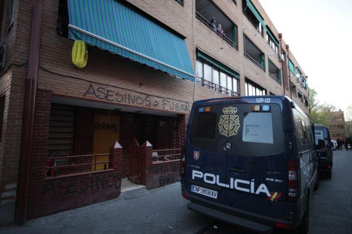 Protestas vecinales en El Pozo del Tío Raimundo frente a la casa del presunto asesino de un hombre en Vallecas.