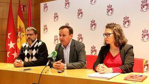 Rueda de prensa del alcalde de Coslada, Ángel Viveros, junto a la segunda teniente de alcalde y concejala de Personal, Macarena Orosa, y el edil de Educación, Cultura y Deportes, Iván López