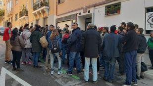 Alrededor de medio centenar de personas se han concentrado este viernes frente a la vivienda del hombre en el barrio de Alvarado, para evitar su desahucio.