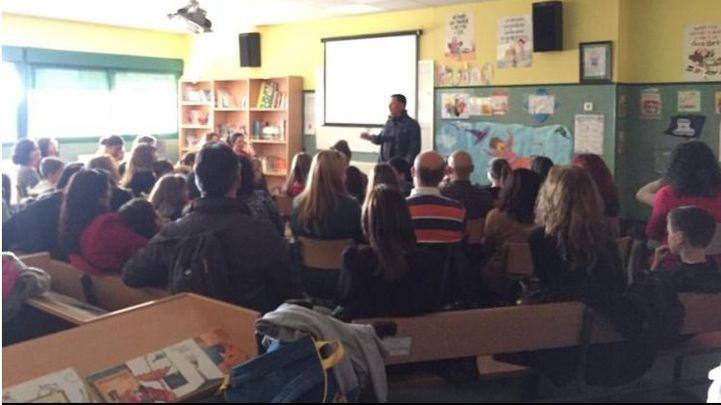 Tomás Calamardo, durante una charla en un instituto
