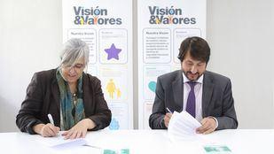 La directora de la Fundación Mujeres, María Luisa Soleto, y el consejero delegado de ALSA, Francisco Iglesias, firmaron el convenio.