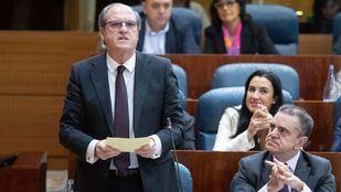 El portavoz del Psoe en la Asamblea de Madrid, Ángel Gabilondo, formula su pregunta de control al presidente.