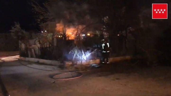 Cinco dotaciones de Bomberos de la Comunidad de Madrid han trabajado en la extinción de este incendio.