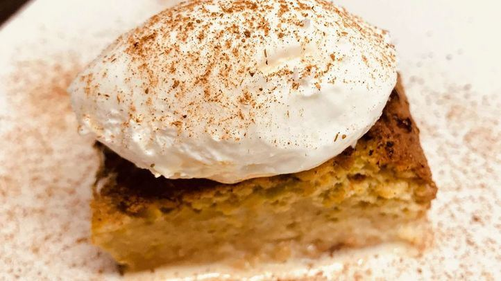 Torrija de pistacho mojada en leche y helado de coco