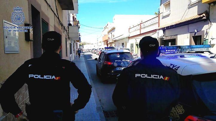 Agentes detienen a un joven por apuñalar a su hermano.