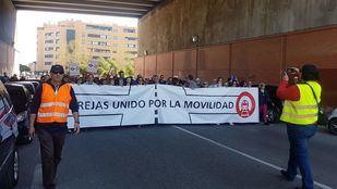 Los vecinos de Rejas se movilizan en protesta por la falta de transporte público en la zona.