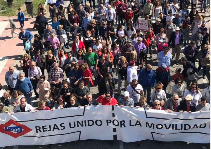 Los vecinos de Rejas se manifiestan por la falta de movilidad en el barrio.