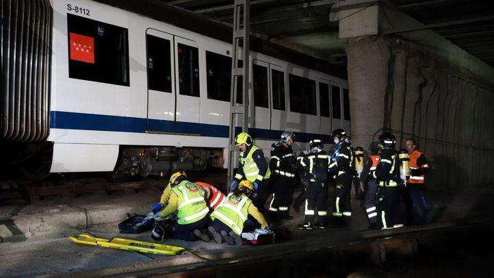 El presidente de la Comunidad de Madrid, acompañado por la consejera de Transportes, Vivienda e Infraestructuras, ha asistido a un simulacro de incendio que ha sido programado por el Metro de Madrid.