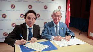 El presidente de la UAX, Jesús Núñez, y el presidente de la Real Academia de la Gastronomía, Rafael Ansón, firman su acuerdo de renovación de la Cátedra RAG-UAX.