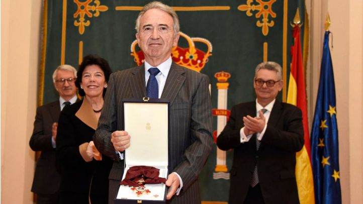 Francisco López Rupérez recibe la Gran Cruz Alfonso X 'el Sabio'.