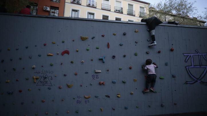 La plaza Arturo Barea estrena aspecto después de las obras del Plan de Naturalización de Lavapiés, que han acarreado una inversión de casi 500.000 euros.