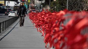 La acción 'Yonomeolvido' ha llenado de lazos rojos la ciudad de Madrid para concienciar a los partidos políticos de que el VIH 'no debe olvidarse'