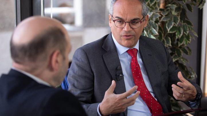 El consejero de Educación, Rafael van Grieken, en su entrevista con Constantino Mediavilla, en la redacción de 'Madridiario'.