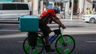 Repartidor de Deliveroo, una de las plataformas que ofrecen servicio a domicilio con repartidores que van en bicicleta.
