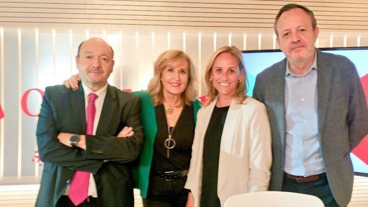 Alberto Reyero, diputado de Ciudadanos en la Asamblea de Madrid, y Ana Camíns, diputada del Partido Popular, junto a Nieves Herrero y Constantino Mediavilla en Com.Permiso