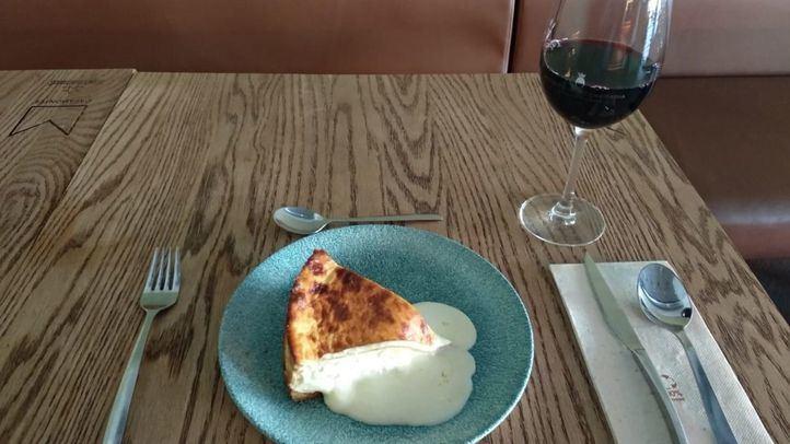 Tarta de queso y copa de vino, de Casamontes.