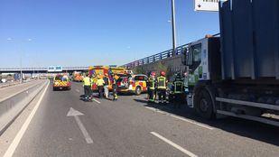 Los bomberos han tenido que rescatar a la familia del coche, que ha quedado deformado por la fuerza del impacto.