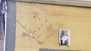 La placa en conmemoración del Mame Mbaye, el mantero fallecido hace un año en Lavapiés, ha sido retirada en las últimas horas.