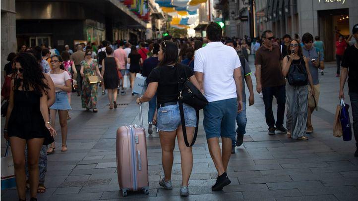 Turistas con maletas por el centro de Madrid.