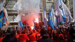 Los trabajadores de Alcoa exigen la viabilidad de las plantas de La Coruña y Avilés.