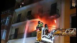 Incendio en Arganzuela, donde 11 personas han resultado intoxicadas por el humo.